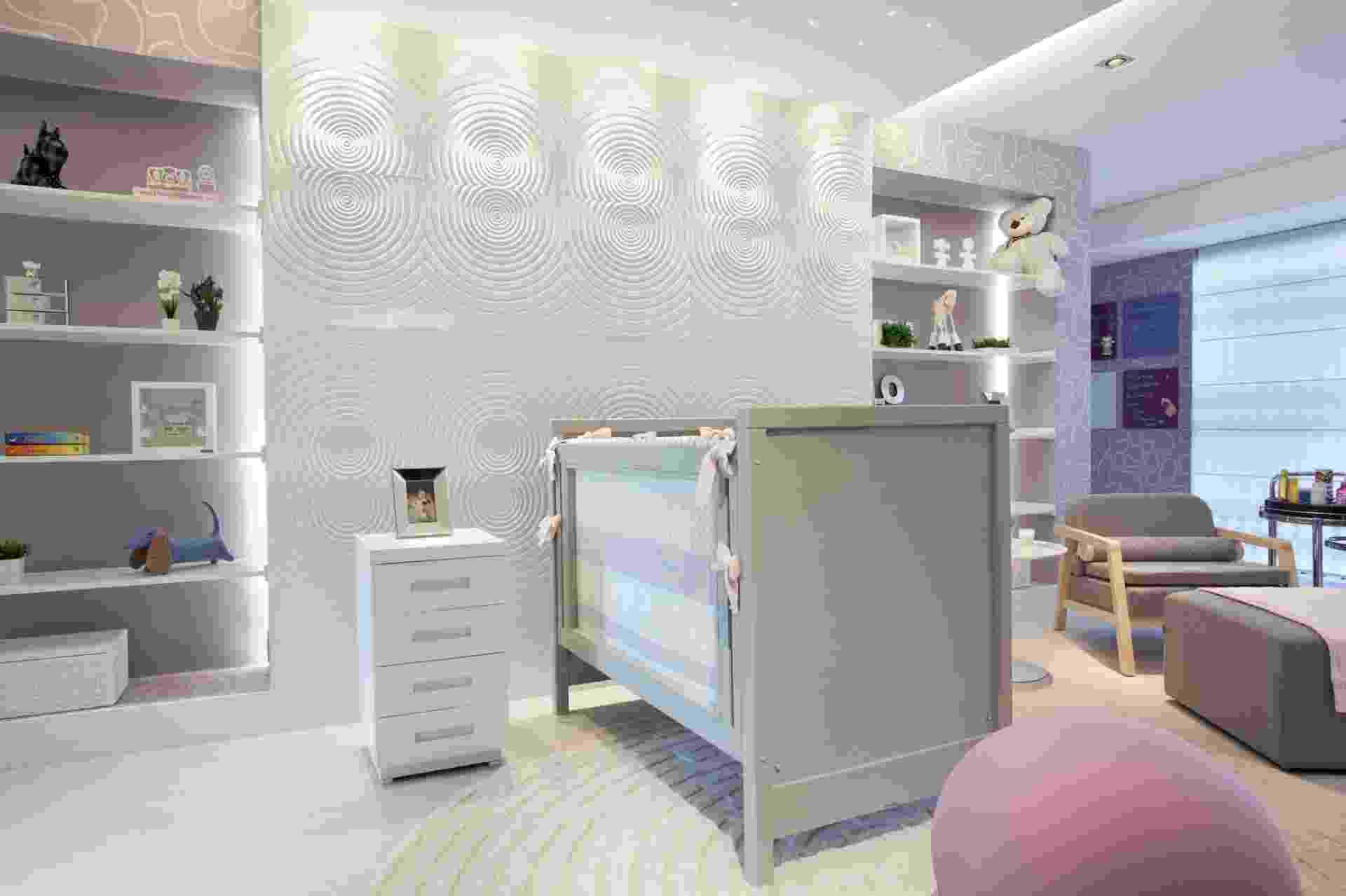 Quarto de bebê projetado pela arquiteta Raquel Kabbani para a Casa Cor São Paulo 2014. No espaço de 46 metros quadros, toques suaves das cores rosa e lilás quebraram a sobriedade do mobiliário em cinza - Divulgação