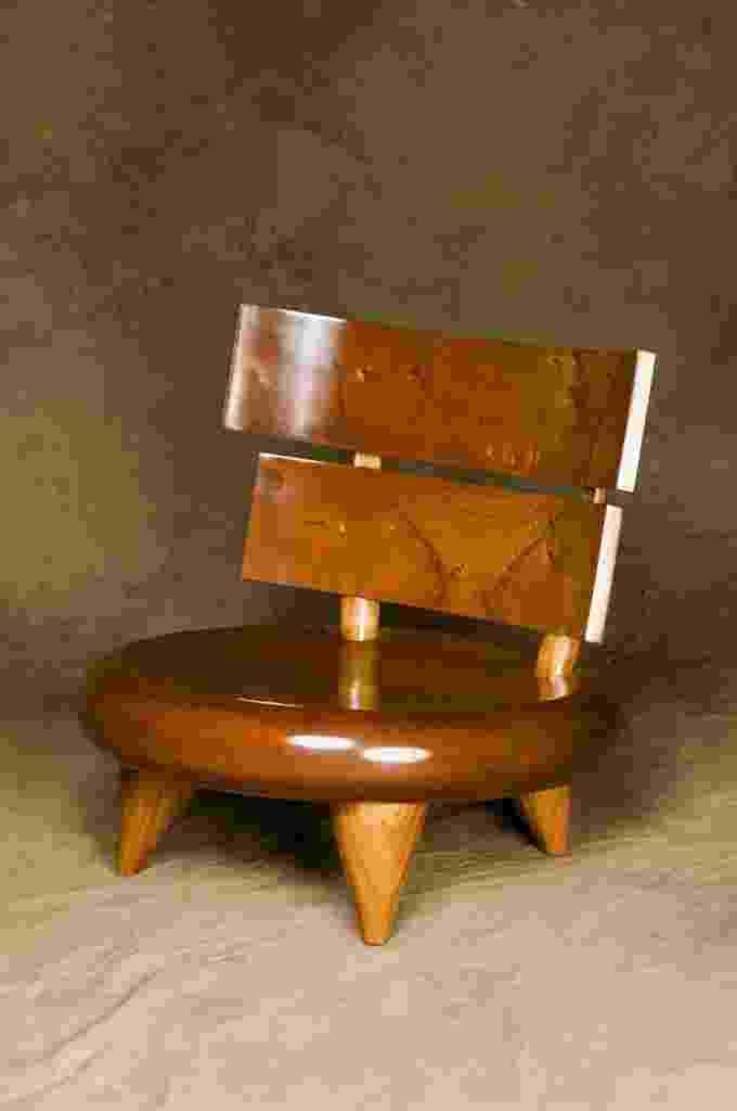 Cadeira Cuica, de Carlos Motta. Baixa, robusta e elegante, a cadeira é toda feita de madeira - Divulgação