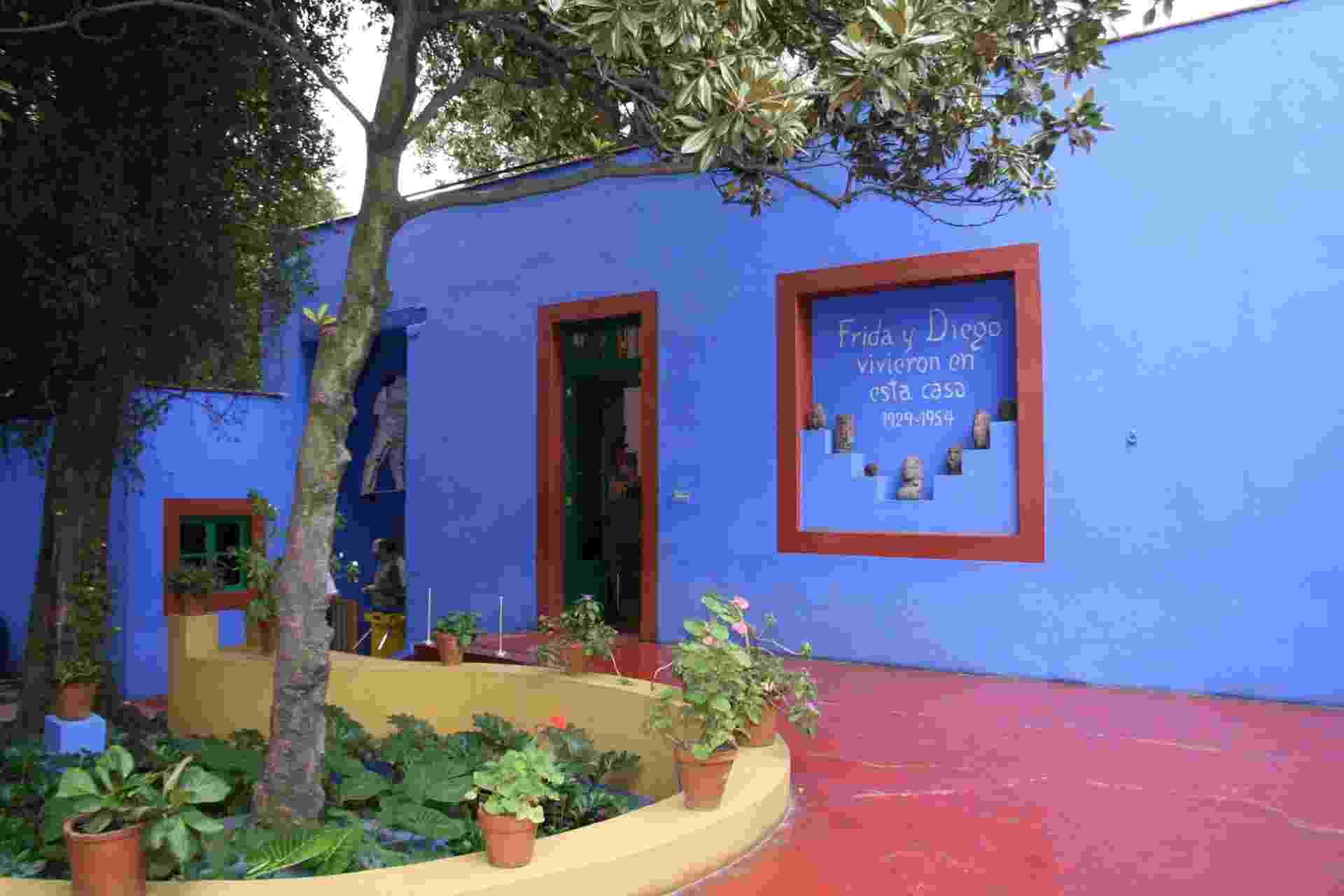 Museu Casa Azul, Cidade do México: O conturbado e passional relacionamento entre Frida Kahlo e Diego Rivera é latente nos imóveis nos quais o casal de artistas viveu. O mais famoso deles é a Casa Azul de Frida, hoje convertido em museu, no bairro de Coyoacán, na Cidade do México. Ainda que tenha vivido com Diego também em outros lugares, foi ali que Frida nasceu e morreu, e hoje vários objetos e fotos que fizeram parte da vida em comum do casal estão expostos em seus aposentos - Mari Campos/UOL