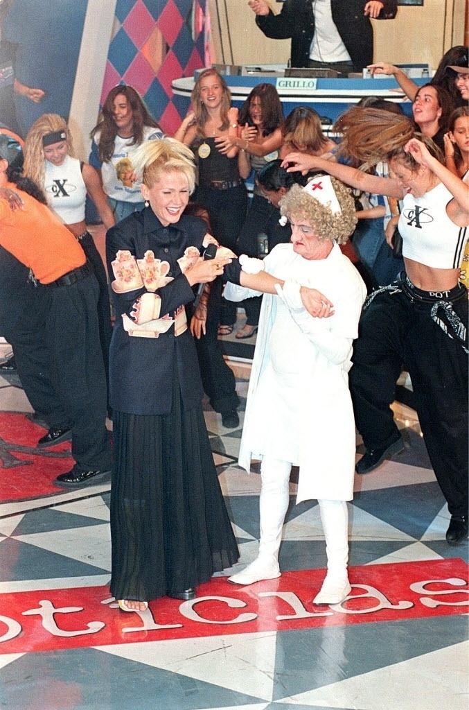 """O assistente de palco Russo, fantasiado de enfermeira, com a apresentadora Xuxa durante gravação do programa """"Planeta Xuxa"""""""