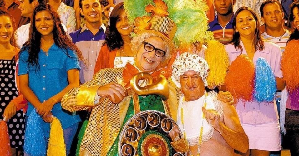 """O humorista Hubert, como Chacrinha, e Russo gravam quadro do """"Casseta & Planeta"""" que parodia os 40 anos da Globo"""