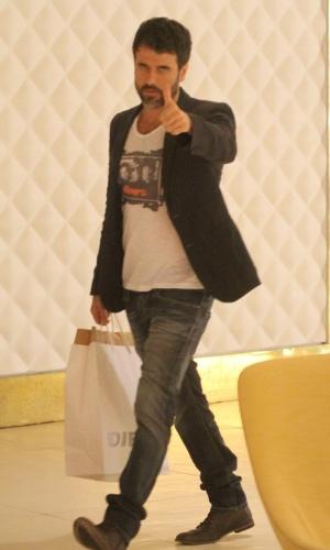 4.jun.2014 - Eriberto Leão cumprimenta paparazzo enquanto faz compras em um shopping na zona oeste do Rio de Janeiro