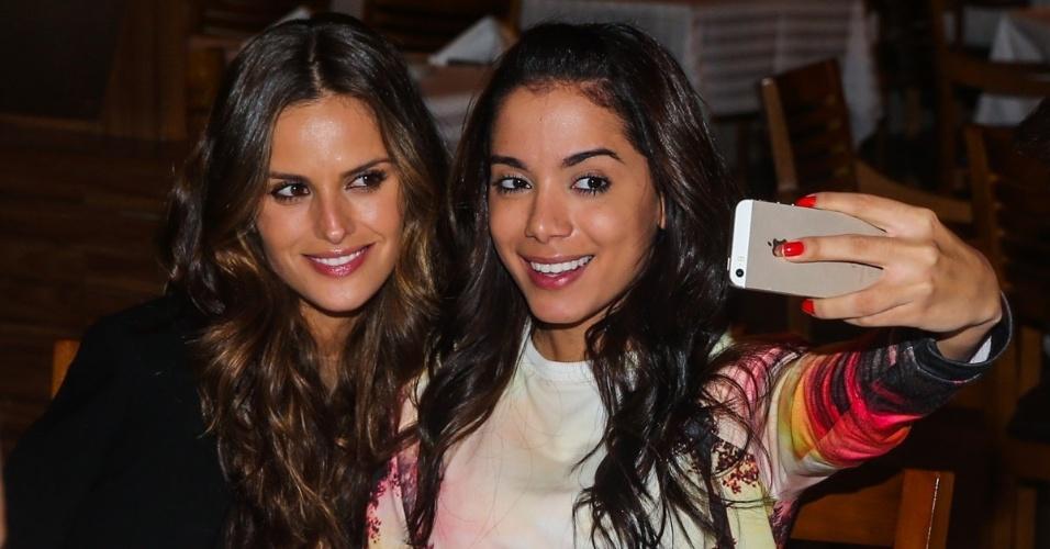 4.jun.2014 - Izabel Goulart e Anitta fazem selfie no aniversário de um amigo em restaurante de São Paulo