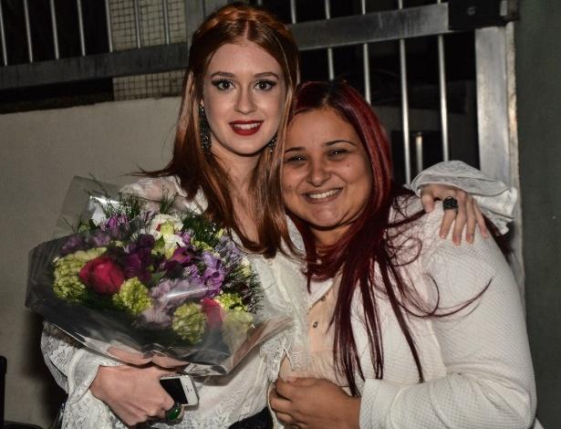 4.jun.2014 - Marina Ruy Barbosa ganha flores de fã no lançamento de coleção de sapatos que leva seu nome, em São Paulo