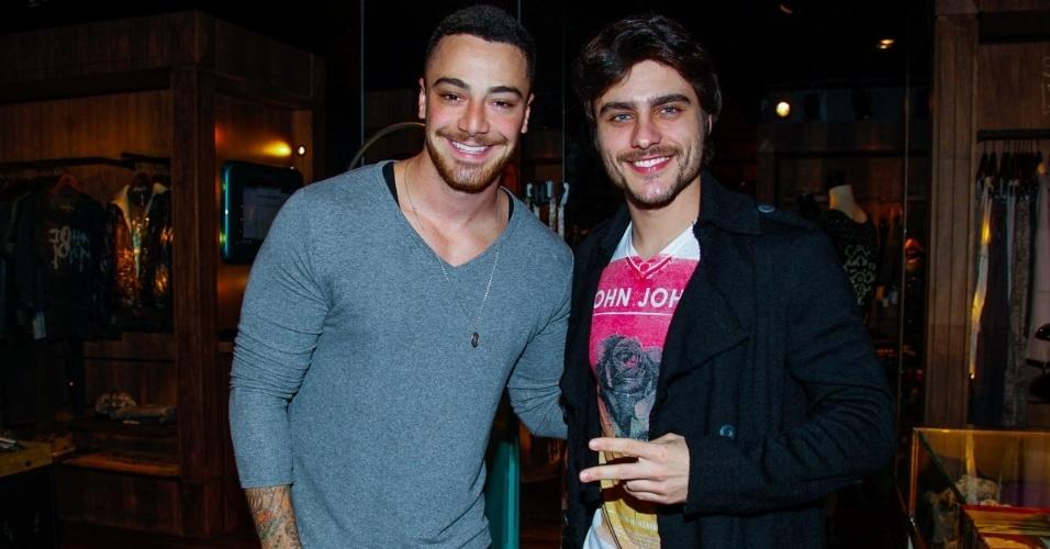 4.jun.2014 - Os atores Felipe Titto e Guilherme Leicam conferem lançamento de coleção de grife de jeans, na zona sul de São Paulo