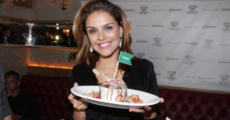 4.jun.2014 - Paloma Bernardi relança sobremesa que leva seu nome no restaurante Paris 6, na zona sul de São Paulo