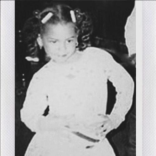 5.jun.2014 - Beyoncé posta foto da infância, em preto e branco