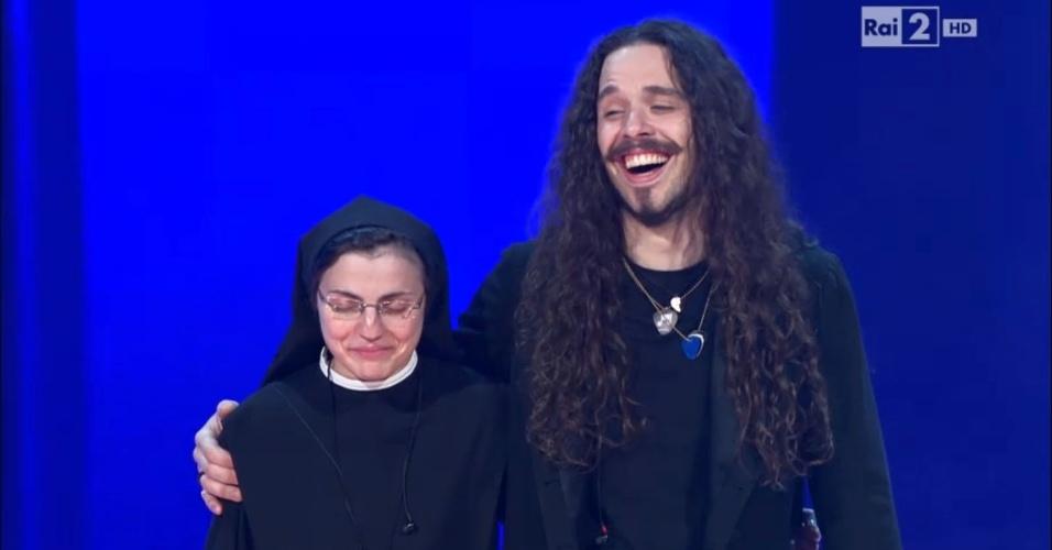 """5.jun.2014 - Cristina Scuccia e Giacomo Voli aguardam divulgação do resultado da final do """"The Voice Itália"""""""
