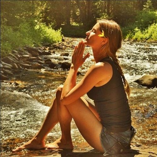 """5.jun.2014 - Gisele Bündchen posta foto na cachoeira no Dia Mundial do Meio Ambiente. """"Feliz Dia Mundial do Meio Ambiente! Nossas ações de hoje vão moldar o futuro de nossos filhos e netos. Vamos fazer a mudança que desejamos ver no mundo. Tudo começa conosco. Que atitude você vai tomar para contribuir na luta contra a mudança climática?"""", escreveu"""