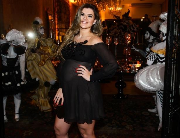 5.jun.2014 - Grávida, Mirella Santos usa vestido transparente no aniversário da decoradora de festas Andrea Guimarães