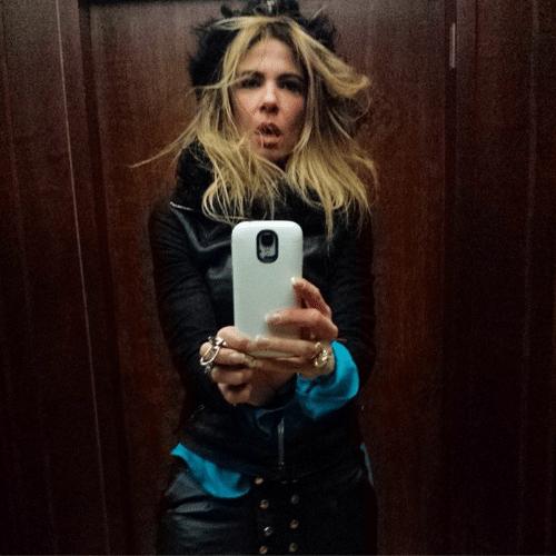 5.jun.2014 - Luciana Gimenez faz selfie no espelho e mostra cabelo todo despenteado no Instagram na madrugada desta quinta-feira