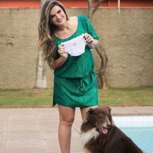 5.jun.2014 - Mirella Santos mostra a primeira calcinha da filha Valentina. Ela está grávida da sua primeira filha, fruto da união com o humorista Wellington Muniz, o Ceará do Pânico