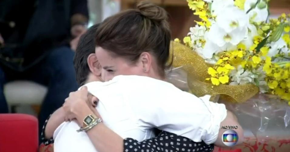 """5.jun.2014 - Murilo Benício surpreende, """"invade"""" estúdio e entrega buquê de flores a Débora Falabella"""