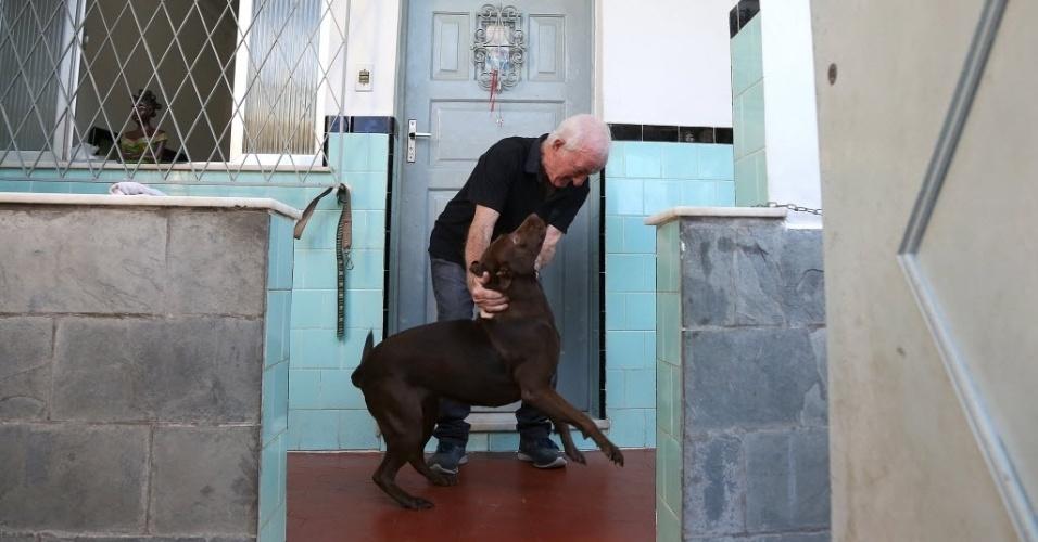 5.jun.2014 - Russo brinca com a cadela Babalu