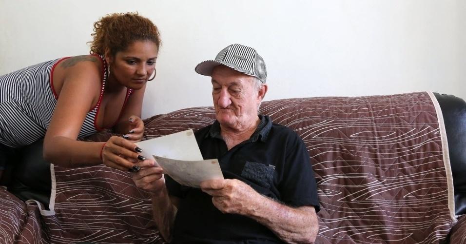 5.jun.2014 - Russo e sua mulher Adriana veem fotos antigas do assistente de palco no Chacrinha