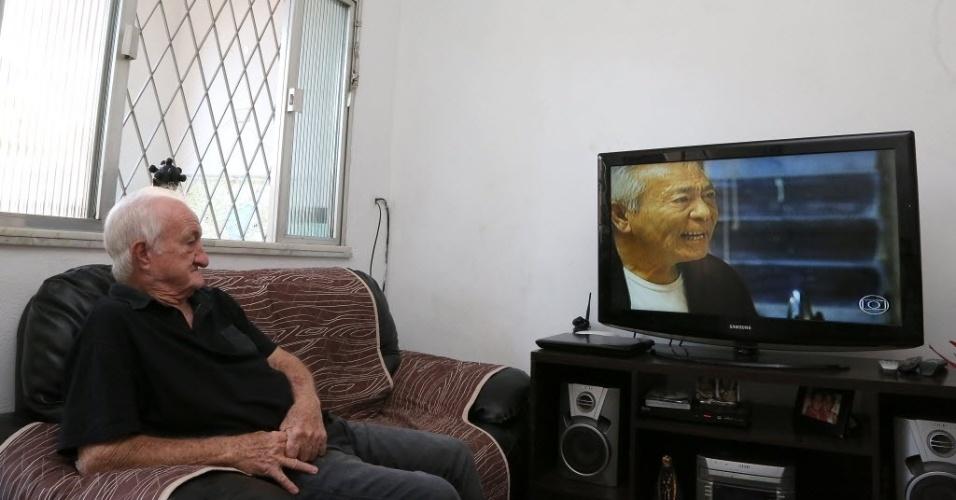 5.jun.2014 - Russo passa o dia em frente à televisão