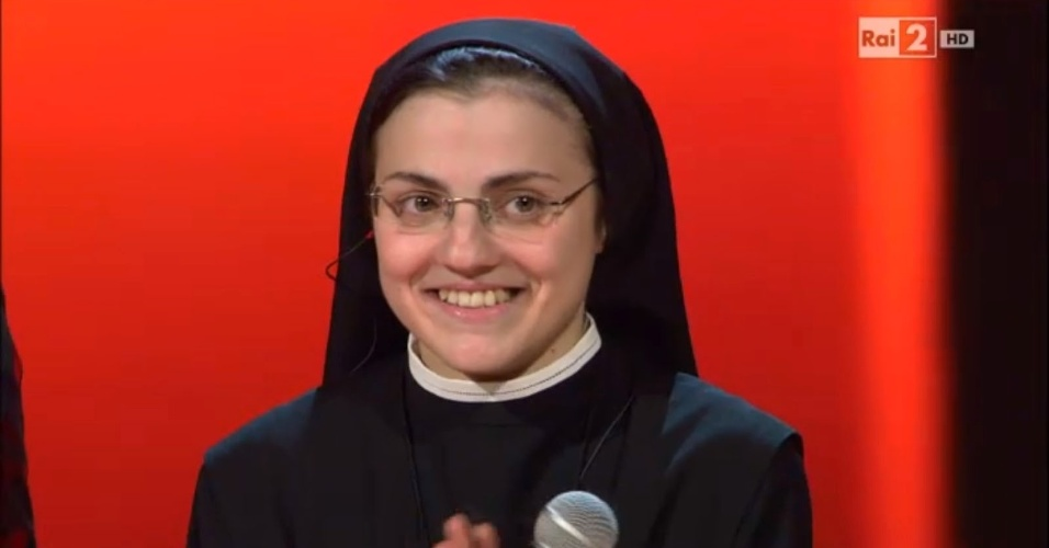 "A freira italiana Cristina Scuccia, de 25 anos, na final do programa ""The Voice Itália"""