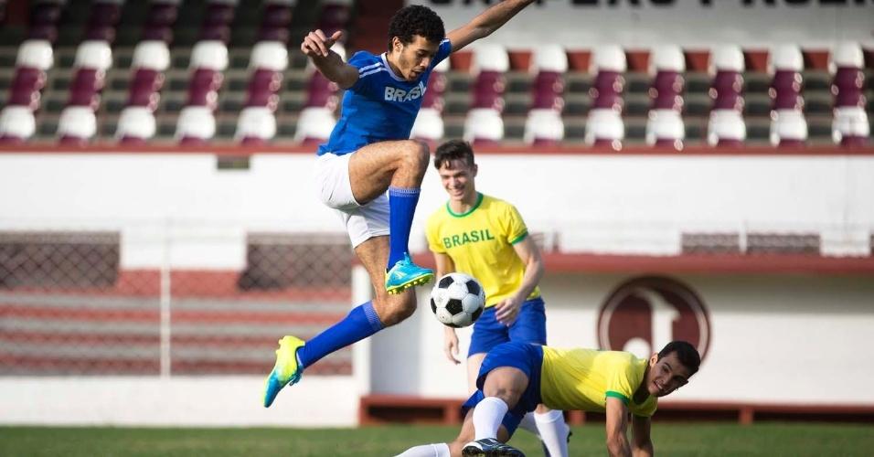 Cada foto registra um instante inspirado livremente em imagens marcantes do futebol brasileiro.