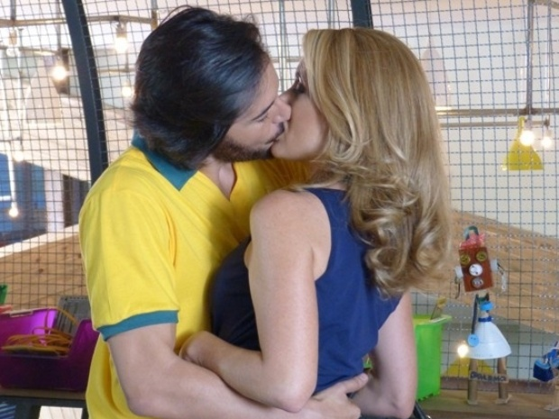 Herval e Pamela se beijam na Plugar