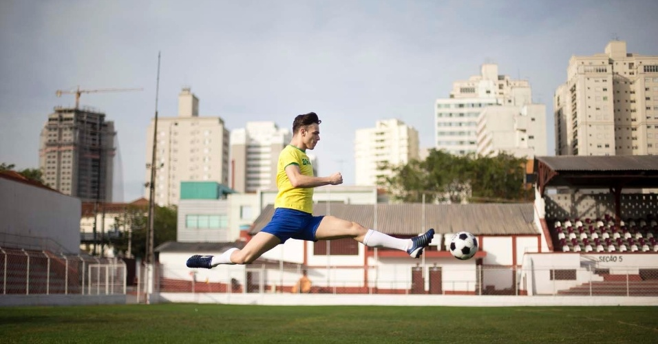 """""""Uma partida de futebol tem um paralelo interessante com uma coreografia nas questões técnicas, de estilo e táticas, elementos fundamentais para a expressividade na dança e no futebol. No gramado, os jogadores têm grande jogo de corpo, levando a bola por caminhos impensados, driblando o adversário, criando um desenho inusitado"""", comenta Inês Bogéa, diretora artística da São Paulo Companhia de Dança. """"O jogo tem um equilíbrio entre o ataque e a defesa, entre a paixão e a razão"""", completa."""