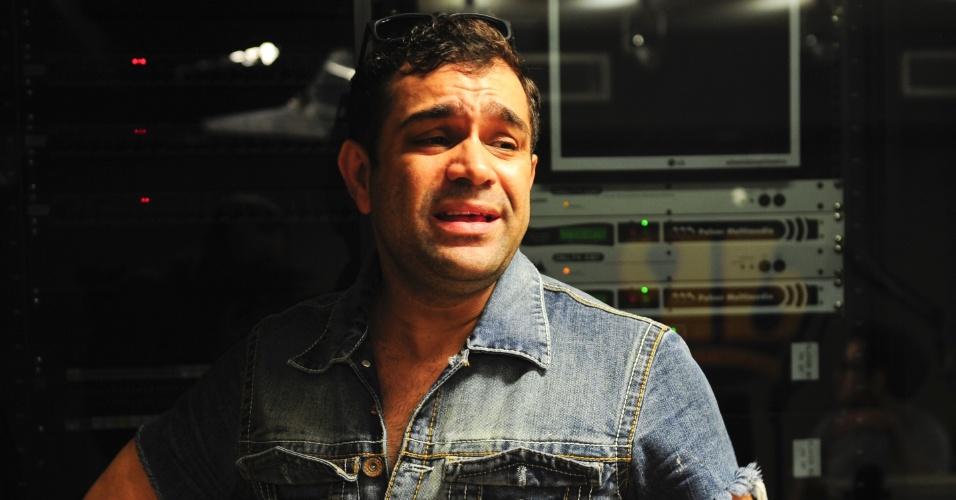 "5.jun.2014 - O humorista Christian Pior nos bastidores do programa ""Pânico"" na rádio"