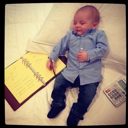 """6.jun.2014 - Ana Hickmann posta foto do filho  Alexandre Jr. """"Colocando ordem nas minhas tarefas do dia... Acho que estou esquecendo de alguma coisa"""", escreveu"""