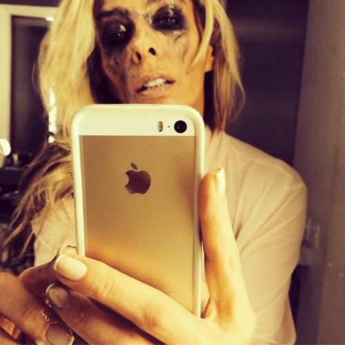 """6.jun.2014 - Após festa, a apresentadora Adriane Galisteu tira a maquiagem e fica com os olhos borrados. """"Demontando kkk"""", escreveu ela no Instagram"""