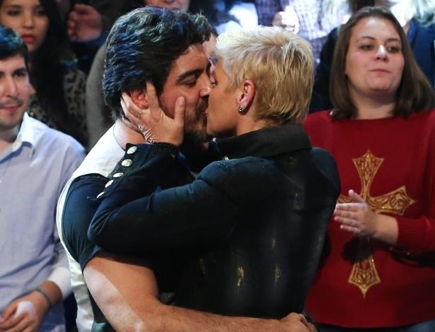 """6.jun.2014 - Xuxa e Junno trocaram muitos beijos durante a participação do casal no programa """"Altas Horas"""""""