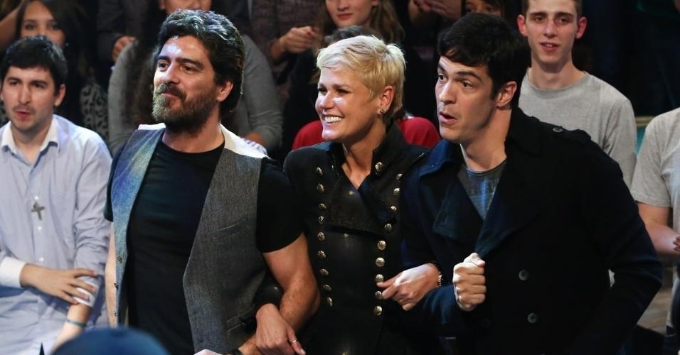 """6.jun.2014 - Xuxa, Junno e Mateus Solano participam da gravação do programa """"Altas Horas"""""""