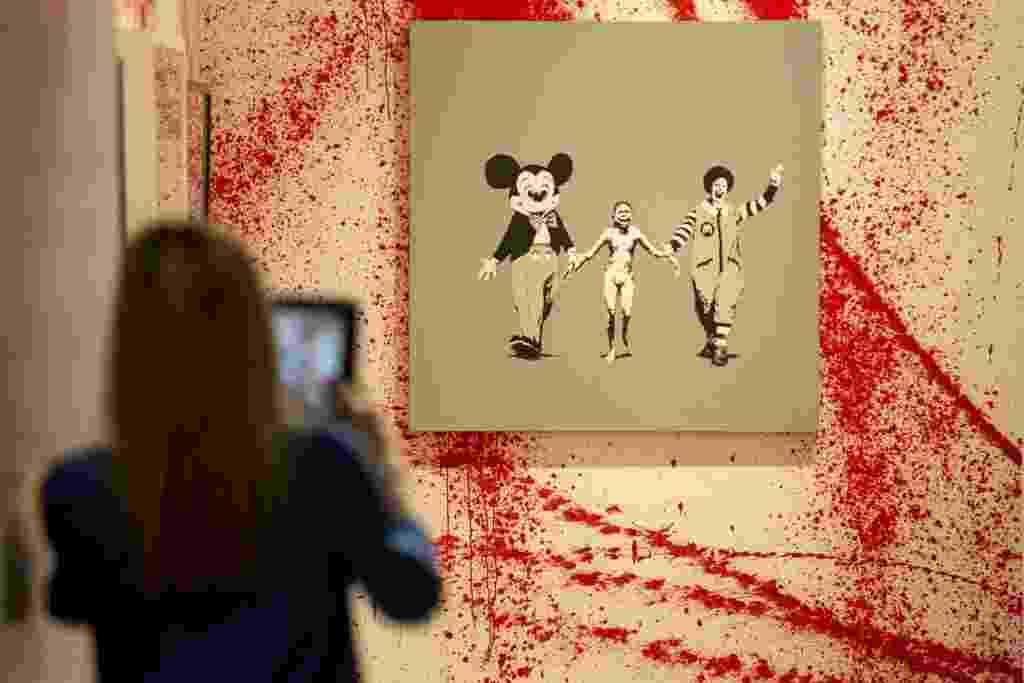 Exposição não-autorizada em Londres reúne 70 obras de Banksy - Neil Hall/Reuters