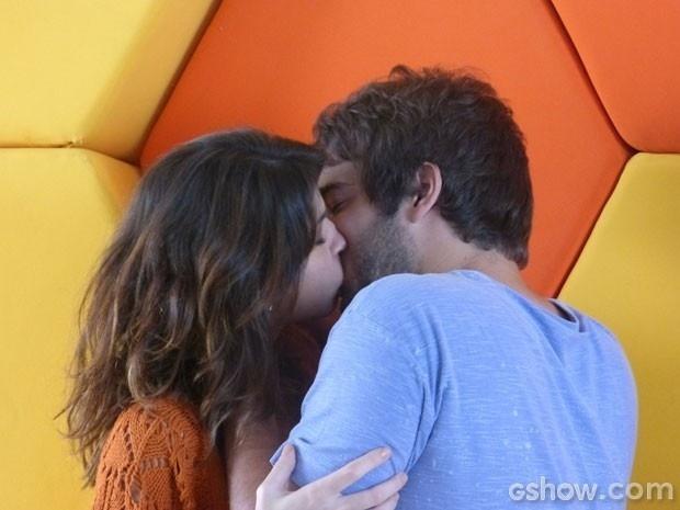 Manu e Davi se beijam cheios de paixão