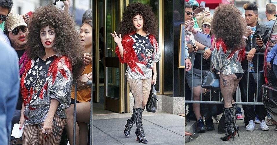 6.jun.2014 - Irreconhecível, Lady Gaga aparece de cabelos castanhos encaracolados e sobrancelha marcada ao deixar prédio em Nova York para cumprimentar os fãs. A cantora estava de calcinha à mostra na hora em que foi fotografada