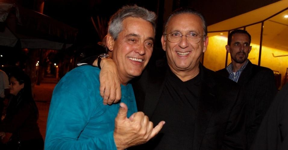6.jun.2014 - Os jornalistas Mauro Naves e Galvão Bueno confraternizaram na inauguração de um restaurante, na zona sul de São Paulo