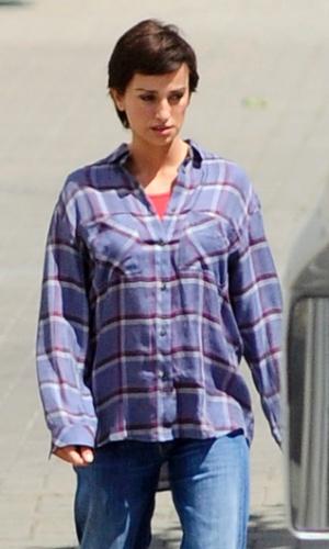 6.jun.2014 - Penelope Cruz aparece com os cabelos curtos no set de seu novo filme,