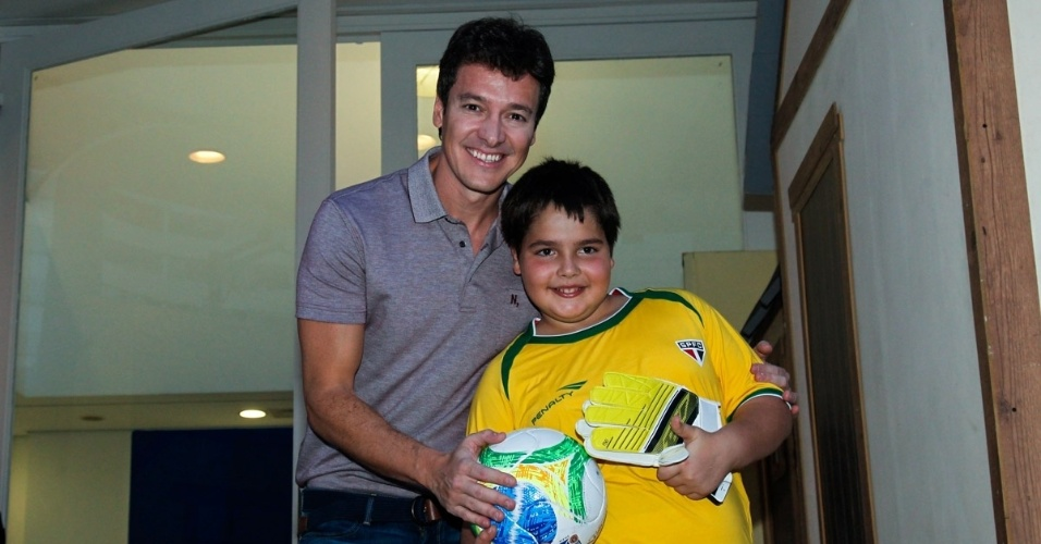 7.jun.2014 - Rodrigo Faro e João Guilherme, filho de Faustão, no aniversário das filhas em buffet infantil no bairro de Moema, em São Paulo