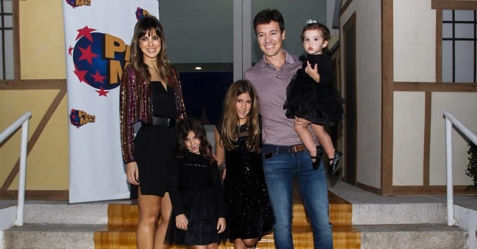7.jun.2014 - Rodrigo Faro e Vera Viel com as filhas Maria, Clara e Helena (no colo) no aniversário das mais velhas em buffet infantil no bairro de Moema, em São Paulo