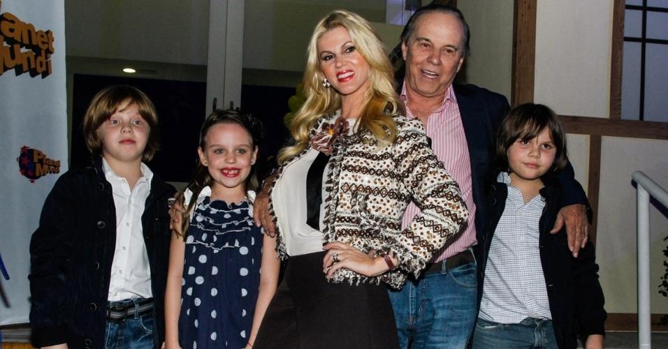 7.jun.2014 - Val Marchiori e família no aniversário das filhas de Rodrigo Faro em buffet infantil no bairro de Moema, em São Paulo