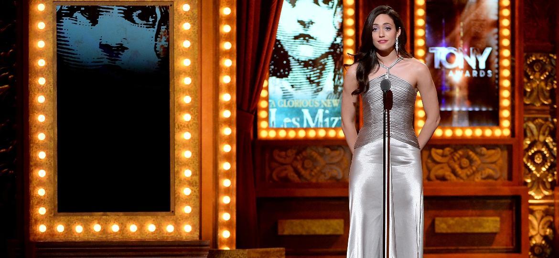 08.jun.2014 - A atriz Emmy Rossum apresenta categoria no Tony Awards 2014 no Radio City Music Hall, em Nova York - Getty Images