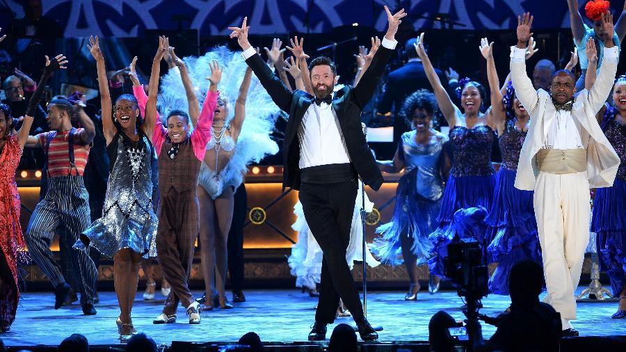 """08.jun.2014 - Hugh Jackman se apresenta com elenco do musical """"After Midnight"""" no Tony Awards 2014 no Radio City Music Hall, em Nova York - Getty Images"""