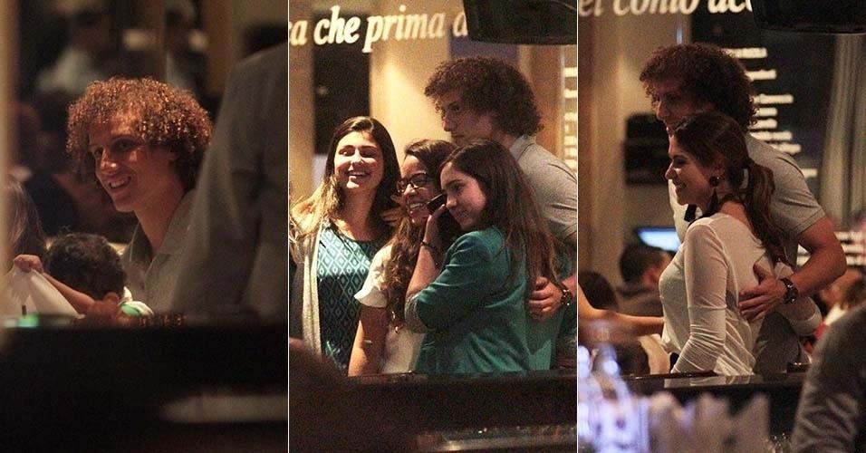 7.jun.2014 - Jogador da seleção brasileira, David Luiz janta com a família e é tietado em restaurante no bairro do Itaim, em São Paulo