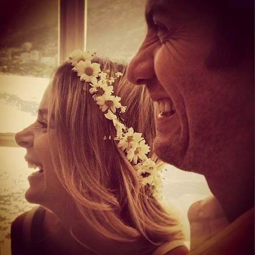 7.jun.2014 - Maria Ribeiro publicou uma foto de Gabriel Braga Nunes e a mulher, Isabel, e deu a entender que a filha do casal havia nascido. Em seguida, vários amigos do casal parabenizaram os dois