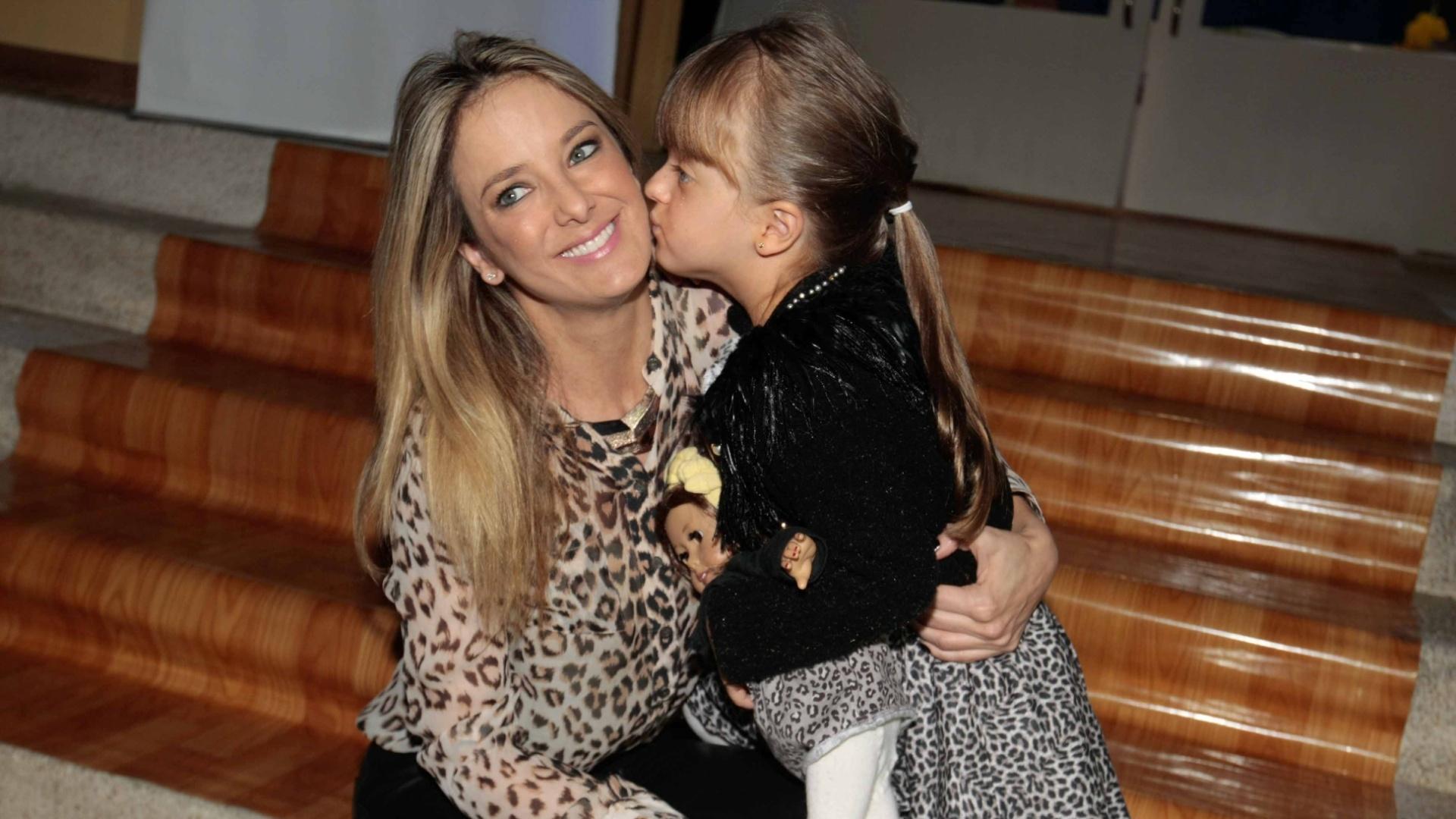 7.jun.2014 - Ticiane Pinheiro ganha beijo no rosto da filha Rafaella Justus, de quatro anos, ao chegar para o aniversário das filhas de Rodrigo Faro em buffet infantil no bairro de Moema, em São Paulo