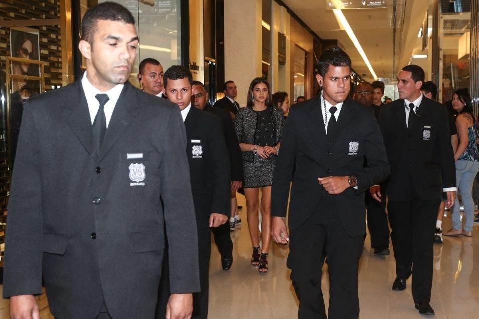 8.jun.2014 - Bruna Marquezine caminha cercada por seguranças dentro do Shopping JK Iguatemi, em São Paulo