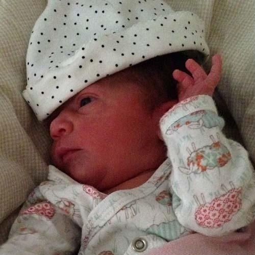 8.jun.2014 - Gabriel Braga Nunes mostra pela primeira vez sua filha recém-nascida