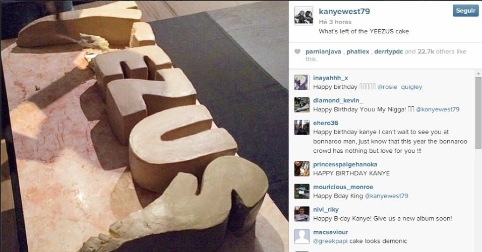"8.jun.2014 - Kanye West ganha bolo de aniversário da mulher Kim Kardashian escrito ""Yeezus"""