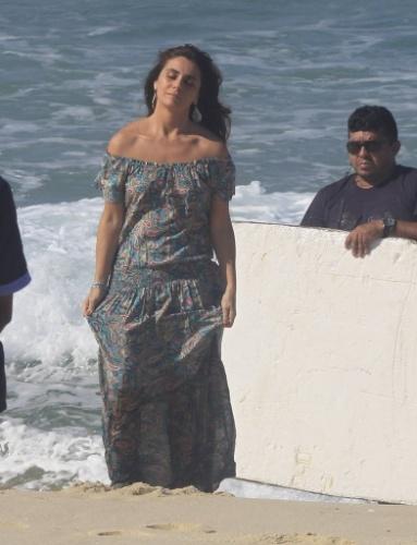 """9.jun.2014 - De vestido longo, Giovanna Antonelli grava cenas de """"Em Família"""" na praia do Recreio dos Bandeirantes, no Rio de Janeiro"""
