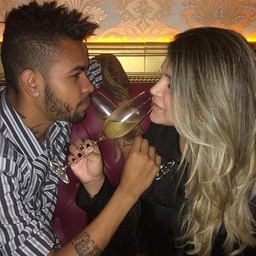 9.jun.2014 - Dentinho e Dani Souza comemoram dois anos de casados. O jogador de futebol postou no Instagram uma foto romântica dos dois bebendo champanhe