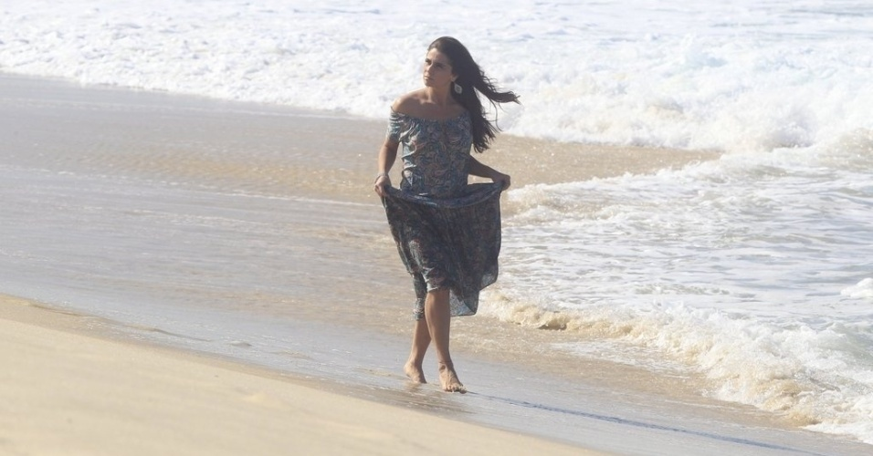 """9.jun.2014 - Giovanna Antonelli caminha na praia do Recreio dos Bandeirantes, no Rio de Janeiro, ao gravar cenas de """"Em Família"""". Nos próximos capítulos da trama, sua personagem, Clara, irá se separar de Cadu (Reynaldo Gianecchini) e assumir o namoro com Marina (Tainá Müller)"""