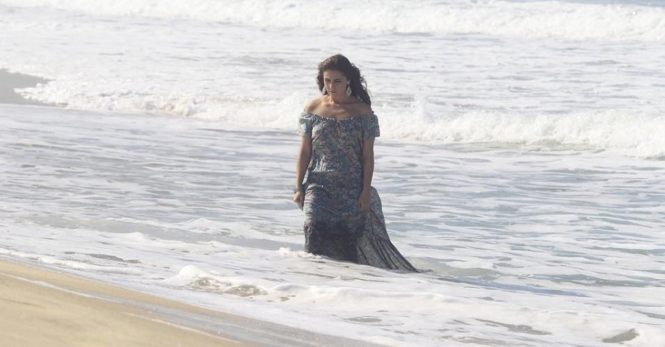 """9.jun.2014 - Giovanna Antonelli entra no mar de vestido longo ao gravar cenas de """"Em Família"""" na praia do Recreio dos Bandeirantes, no Rio de Janeiro."""