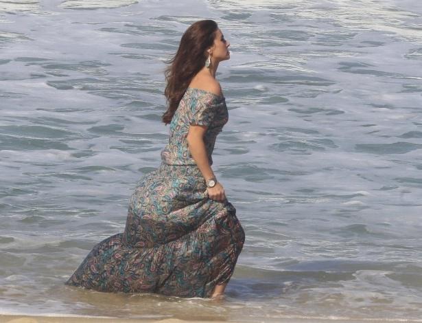 """9.jun.2014 - Giovanna Antonelli entra no mar de vestido longo ao gravar cenas de """"Em Família"""" na praia do Recreio dos Bandeirantes, no Rio de Janeiro"""